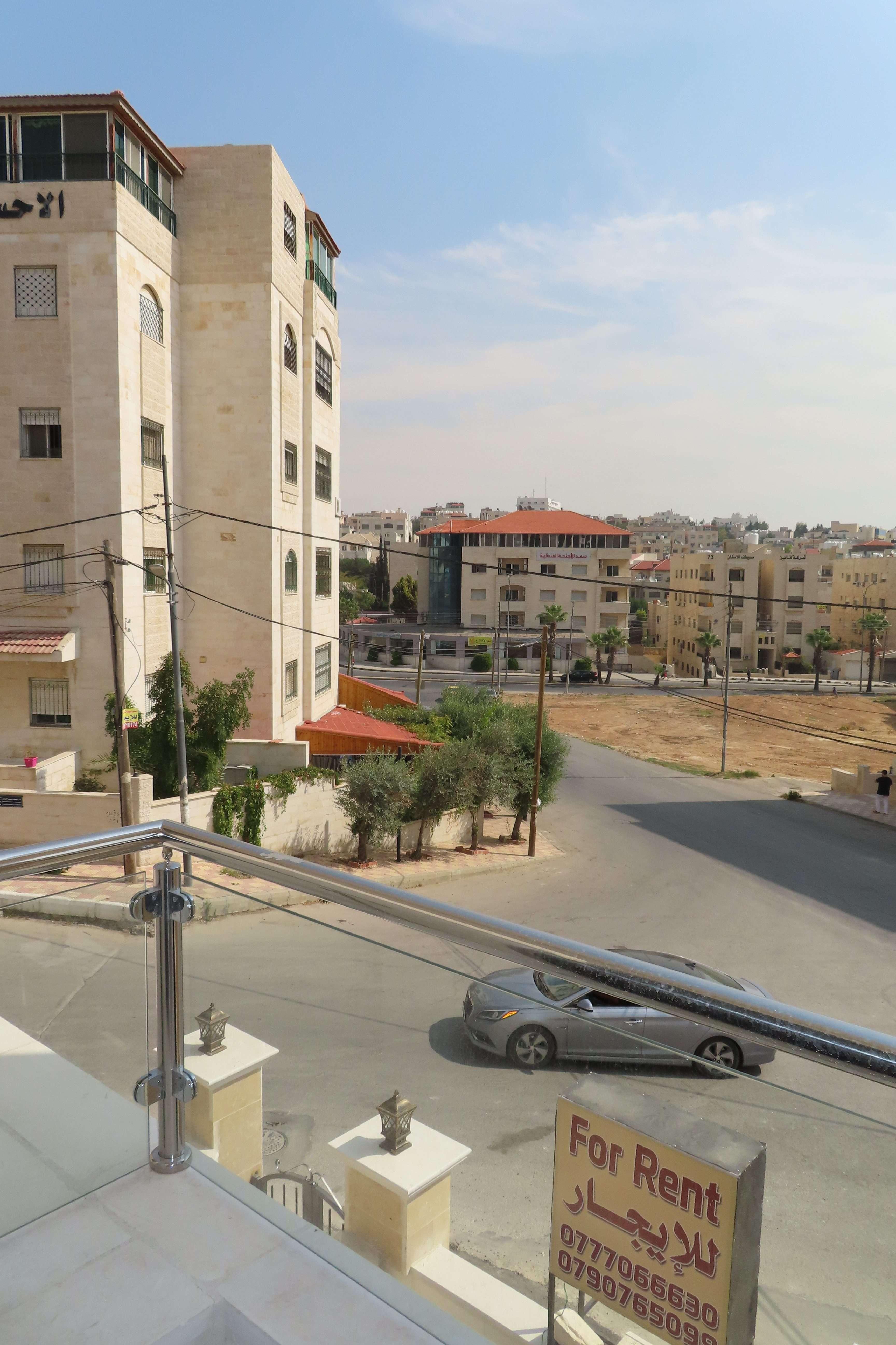 استوديو مفروش حديث البناء للإيجار قرب البوابة الشمالية للجامعة الأردنية